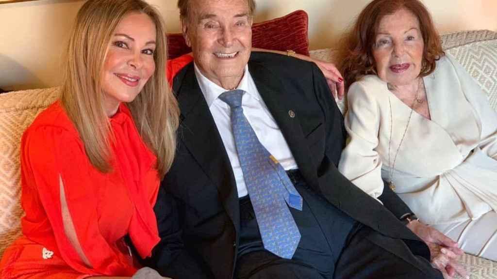 Ana García Obregón junto a sus padres, Antonio García y Ana Obregón Navarro.