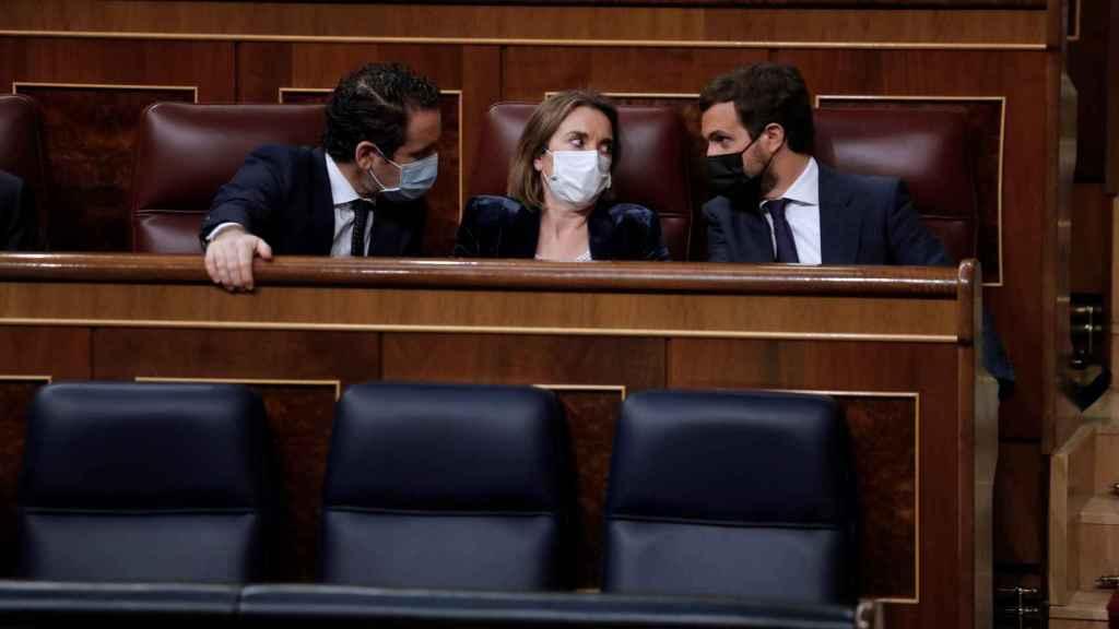 Casado, charlando este miércoles en el Congreso con Cuca Gamarra y Teodoro García Egea.
