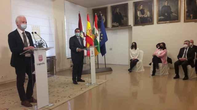 El alcalde de Logroño, Pablo Hermoso de Mendoza, a la izquierda, durante la presentación del proyecto de Bosonit.