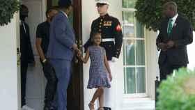 Gianna Floyd, hija de George Floyd, en la Casa Blanca con más familiares del fallecido.