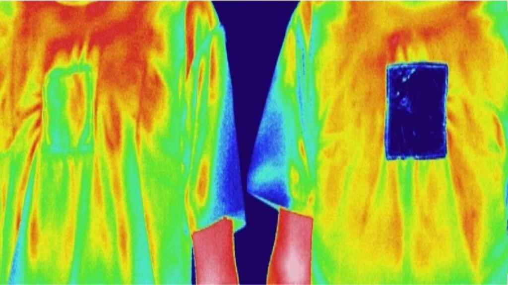 La camiseta reversible enfría (izquierda) y calienta (derecha)