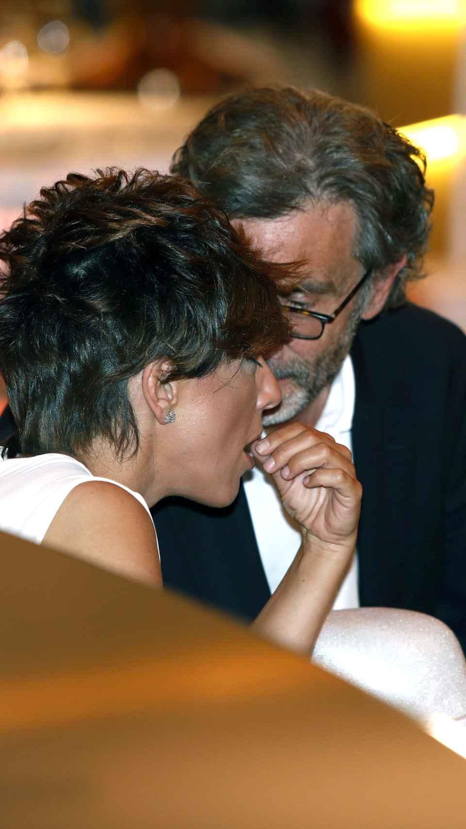 La pareja compartiendo confidencias.