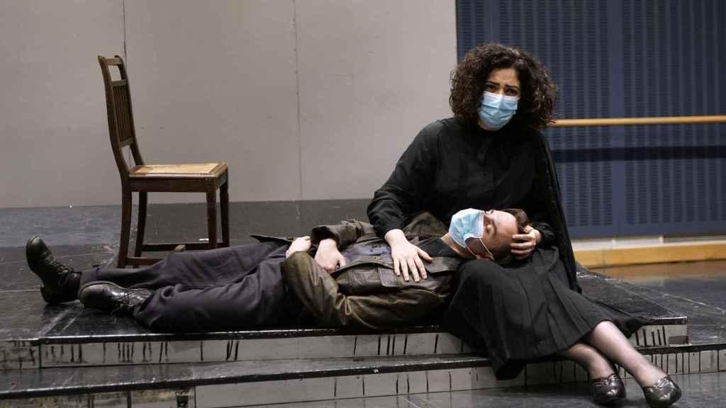 La ópera cuenta con Carolina González en el diseño de escenografía y Lorenzo Caprile en el diseño de vestuario.