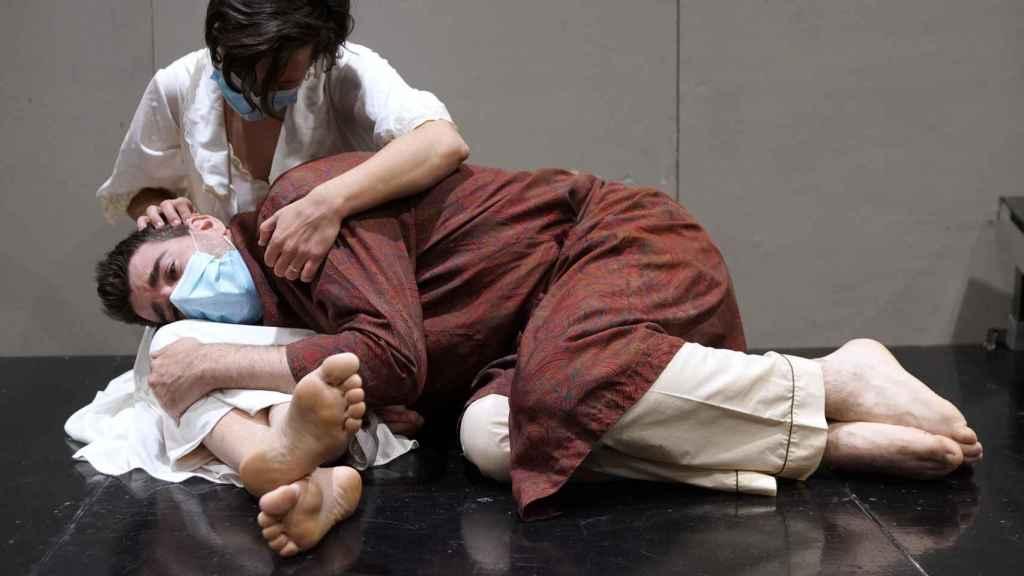 Tránsito es una ópera sobre el drama del exilio que profundiza en temas como la lealtad, la culpa o el abandono.