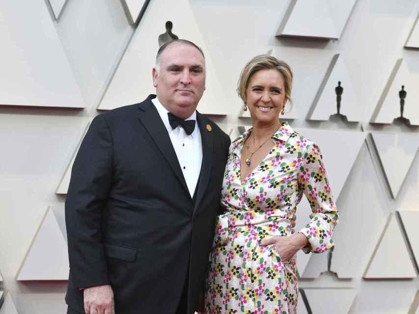 El chef José Andrés junto a su esposa en la alfombra roja de los Oscar en 2019.