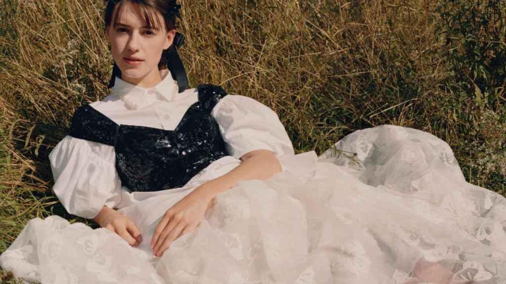 Una de las imágenes promocionales de la colección de Simone Rocha con H&M