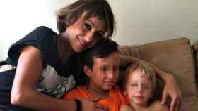 Juana Rivas, junto a sus hijos.