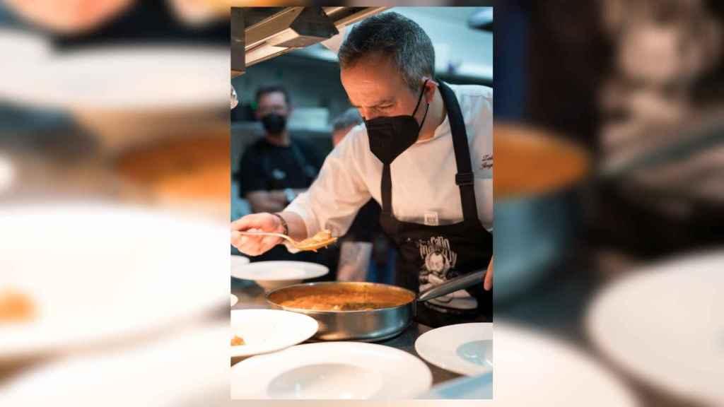 El chef Jorge Losa prepara los callos del restaurante Zalacaín