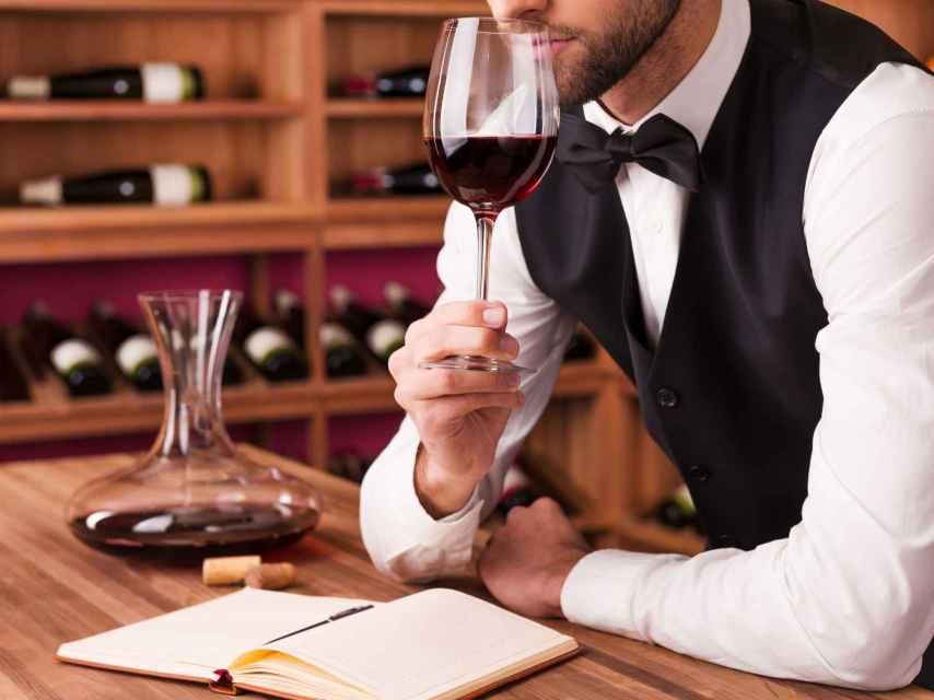 Un sumiller es un especialista en vinos y maridajes.