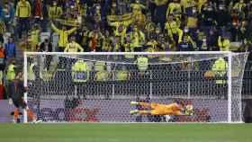 Rulli, el héroe de la final de la Europa League rodeado por sus compañeros del Villarreal