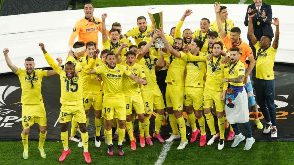 Los jugadores del Villarreal levantan la Europa League
