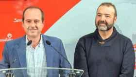 Alberto Rojo (i), alcalde de Guadalajara, y Víctor Cabeza (d), ordenanza mayor del Ayuntamiento