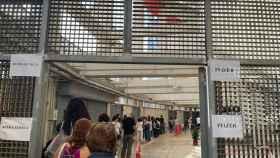 Los ciudadanos se agolpan en la cola de AstraZeneca para la segunda pauta en Murcia.