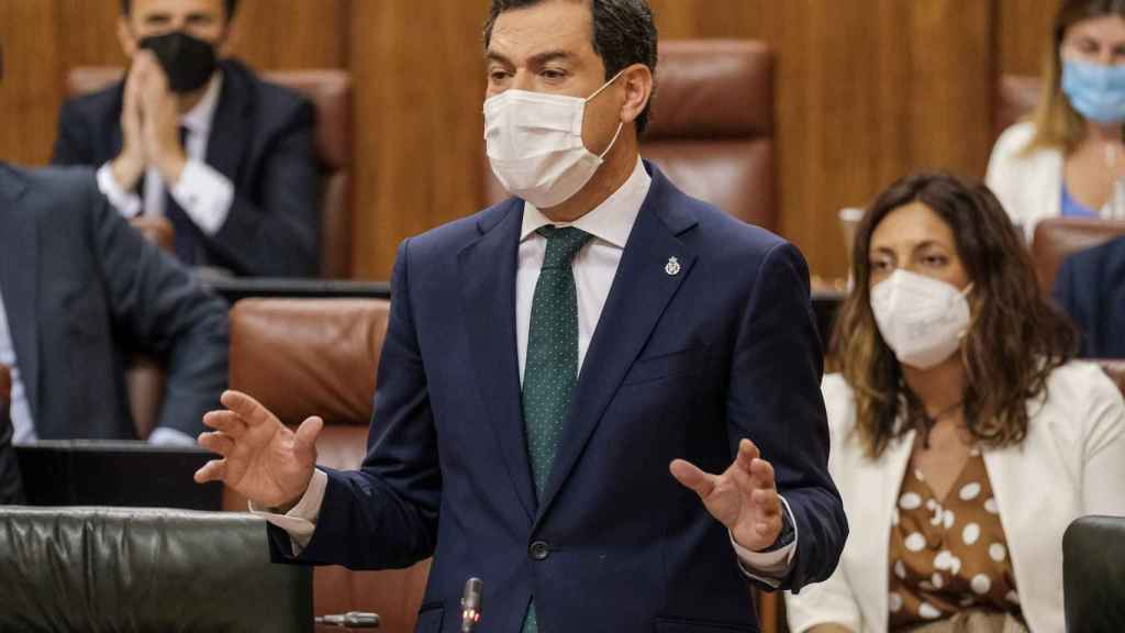 El presidente de la Junta, Juanma Moreno, durante la sesión de control en el Parlamento.