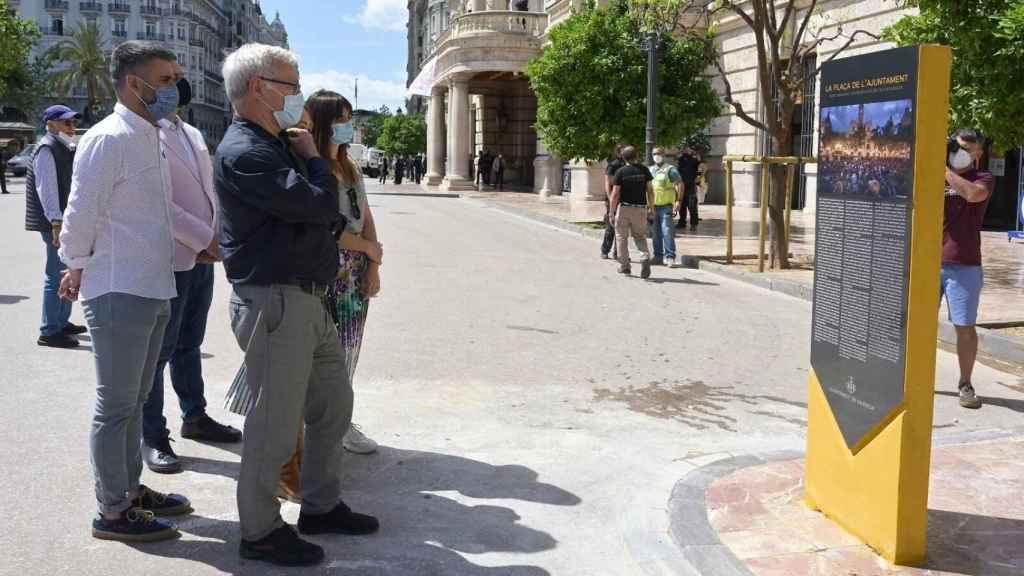Joan Ribó, alcalde de Valencia, frente al monolito del 15-M instalado por Compromís en la Plaza del Ayuntamiento. EE
