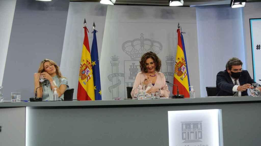 Yolanda Díaz, María Jesús Montero y José Luis Escrivá, tras el Consejo de Ministros extraordinario.