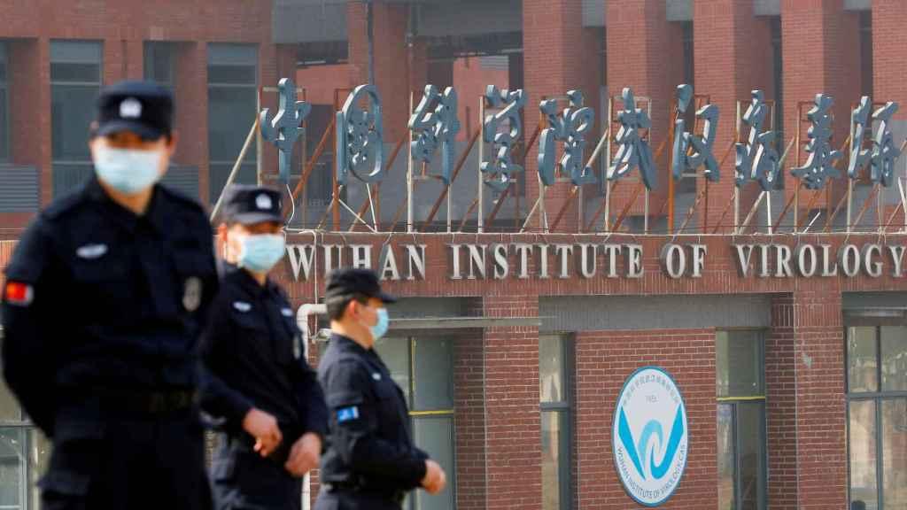 Personal de seguridad delante del Instituto de Virología de Wuhan.