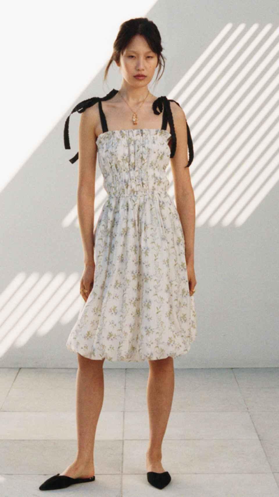 Uno de los vestidos de la colección, con fruncido en la parte superior y tirantes en forma de lazos.