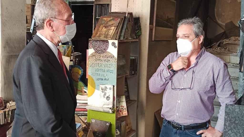 El alcalde, Francisco de la Torre, visitó la librería junto a Jesús Otaola.