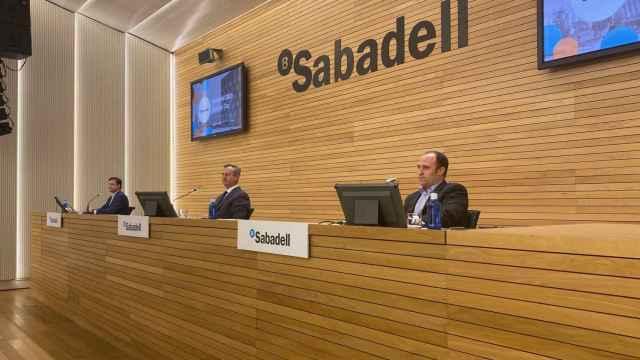 Leopoldo Alvear, director financiero de Sabadell, y César González-Bueno, consejero delegado, durante la presentación del plan estratégico.