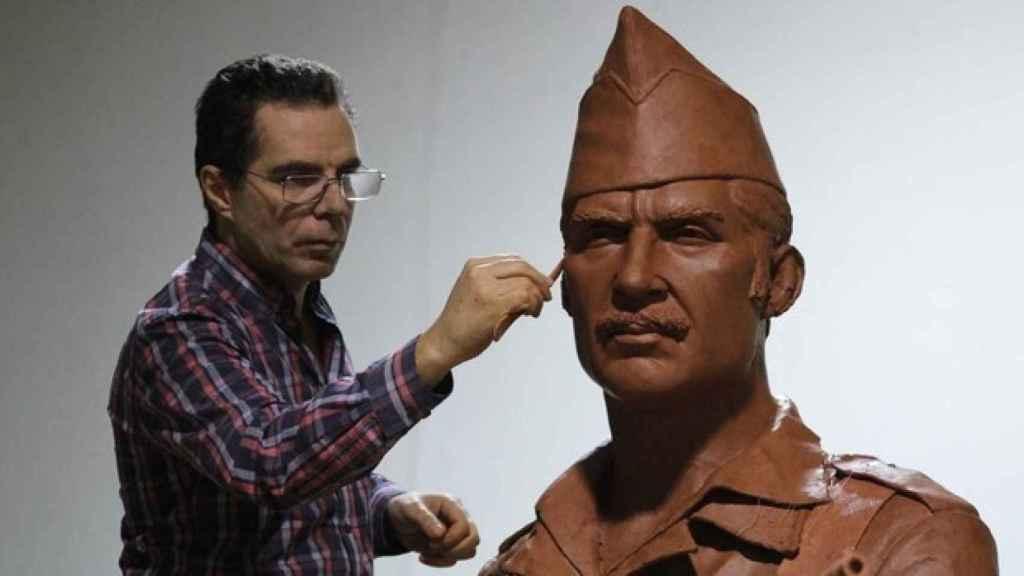 El escultor Salvador Amaya junto a su obra, en la que ha representado a un legionario de la época fundacional.