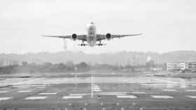 Un avión despegando.