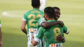 Emerson se abraza a Fekir en un partido del Betis