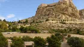 El castillo de Alicante visto desde el casco antiguo de la ciudad.