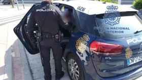 Un agente de Policía Nacional detiene a un hombre.