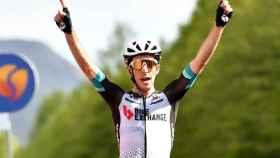 Simon Yates celebra su victoria en la 19ª etapa del Giro de Italia 2021