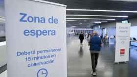 Zona de espera para recibir la vacuna en un centro de vacunación masiva en Madrid.