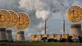 Un montaje con una estación de generación eléctrica contaminante y monedas de bitcoin.