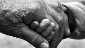 Un apretón de manos intergeneracional.
