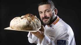 Juan Manuel sujeta el pan más caro del mundo.