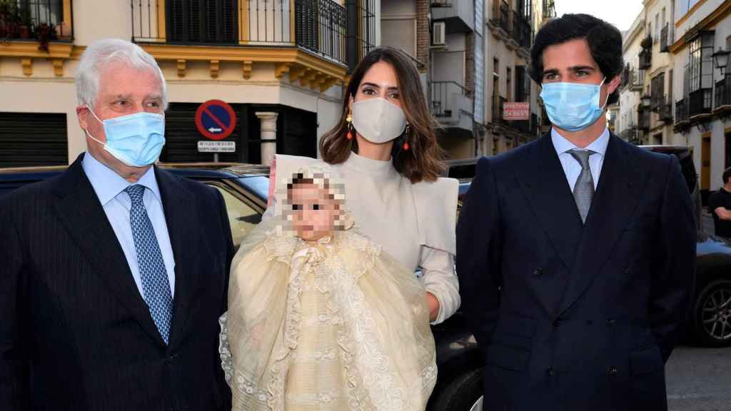 Los duques de Huéscar posando junto a su hija Rosario y Fernando Martínez de Irujo.
