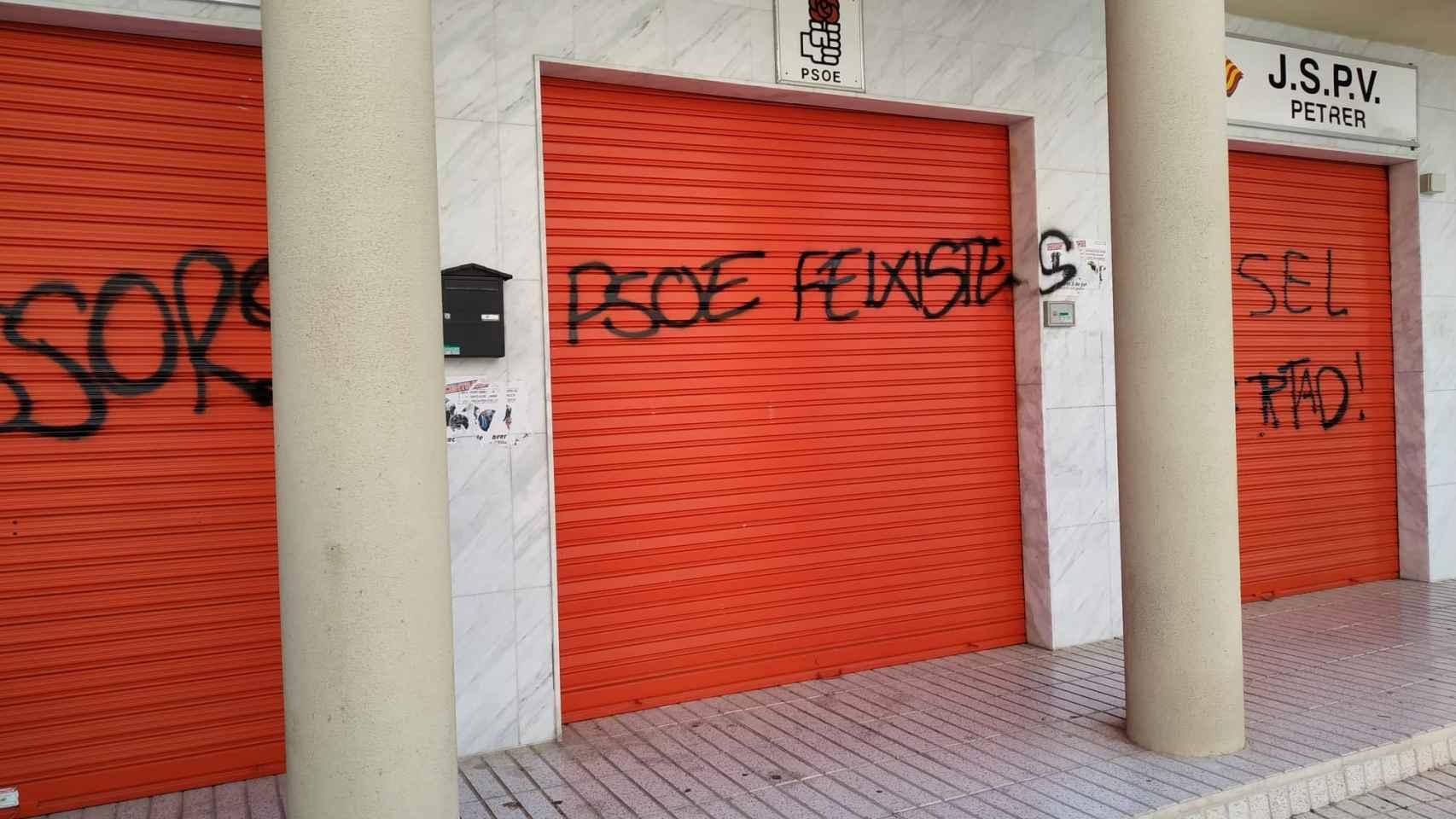 Las pintadas de este sábado en la fachada de la sede del PSPV en Petrer.