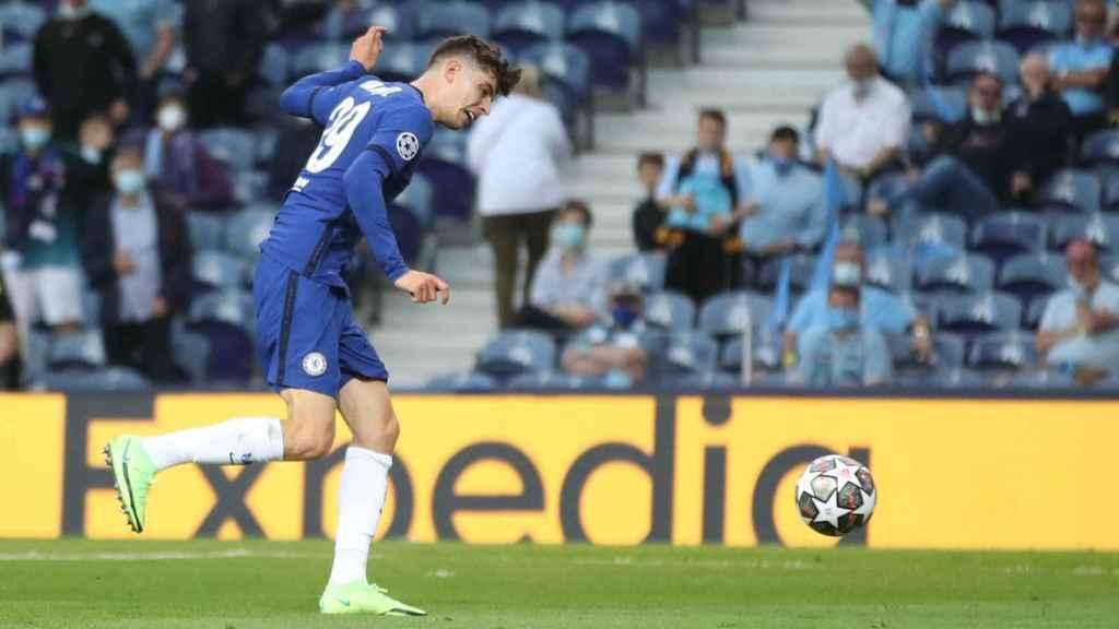 Havertz lanzando en el gol del Chelsea al City