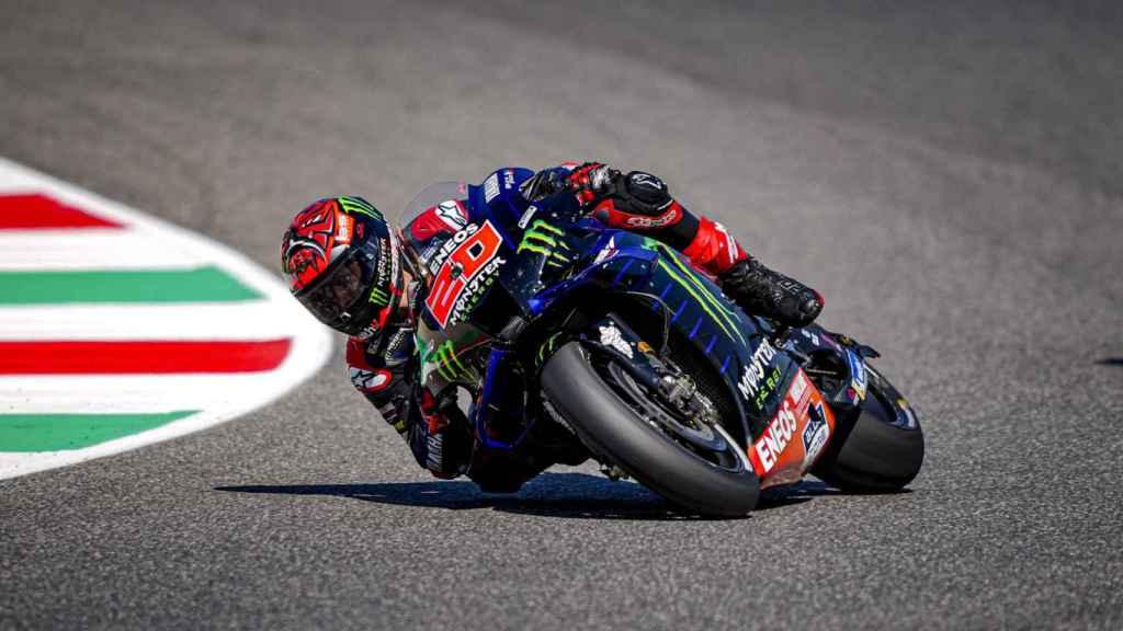 Fabio Quartararo traza un viraje con su Yamaha  YZR-M1, en el circuito de Mugello.