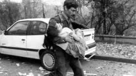 Uno de los agentes de la Guardia Civil rescata a una de las niñas de los escombros.