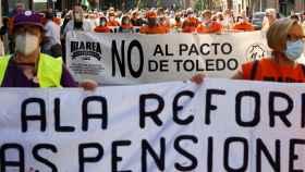 Miembros de la Marea Pensionista de Cataluña se manifiesta por el centro de Barcelona.