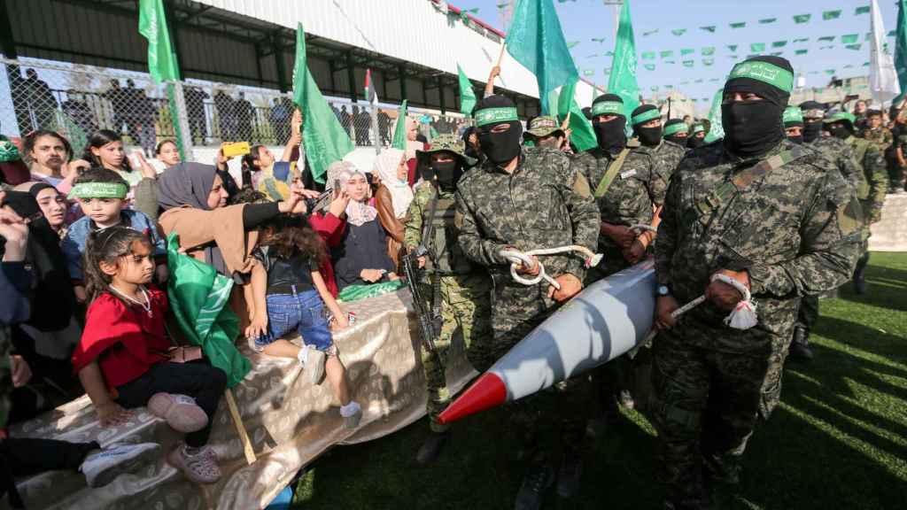 Palestinos se manifiestan contra Israel en Gaza.