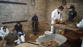 Los técnicos excavan en el sótano de Andrés N., el Monstruo de Atizapán, en busca de restos humanos.