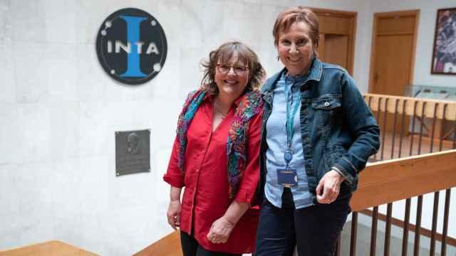 Las jefas de laboratorio, Pilar Valles y Alina Agüero, en la sede de INTA de Torrejón de Ardoz (Madrid).