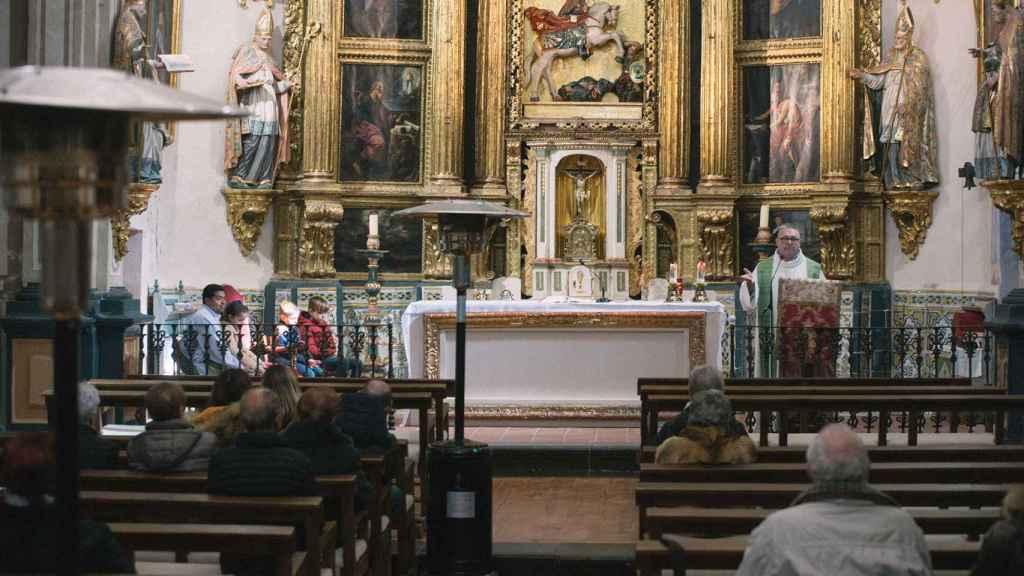 Nacho, el párroco de Albarracín, en el altar.