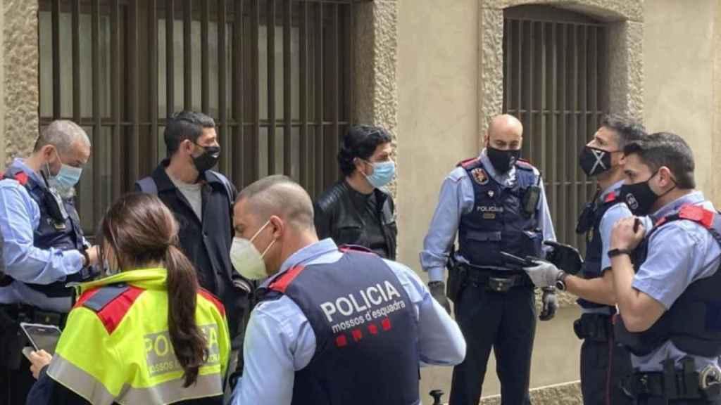 Los Mossos identifican a un diputado de la CUP en una protesta por un desahucio el 20 de mayo.