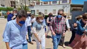 Carlos Mazón y su equipo durante su visita a Nules.