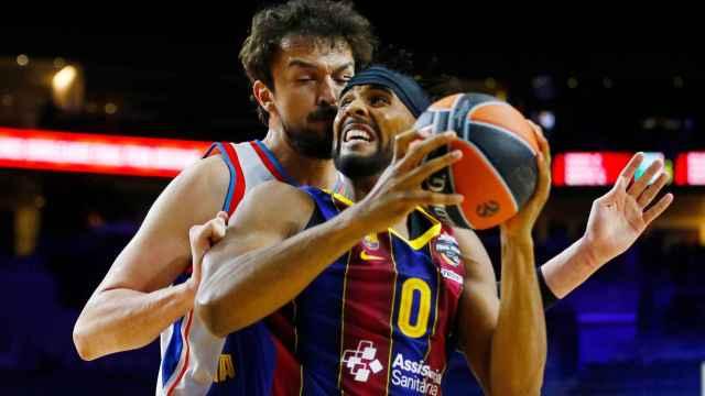 Brandon Davies en una acción con Sanli en la final de la Euroliga