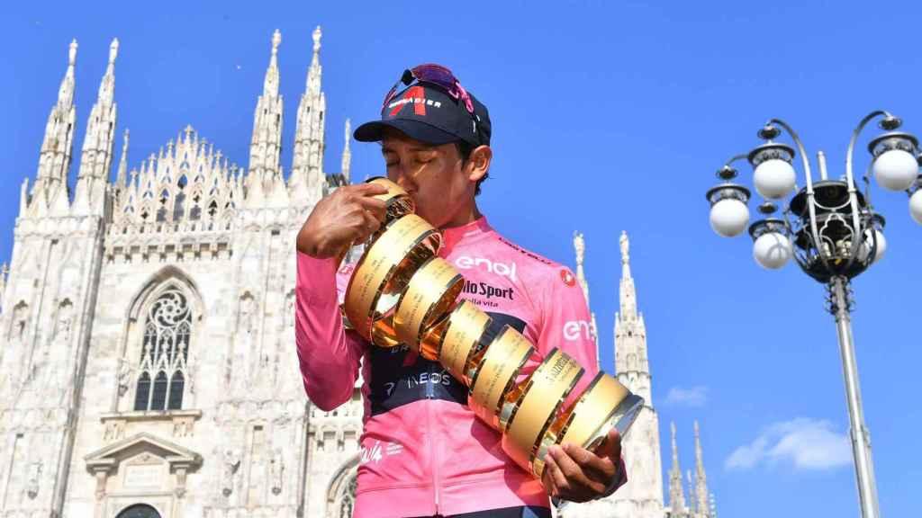 Egan Bernal besa el trofeo como ganador del Giro de Italia 2021