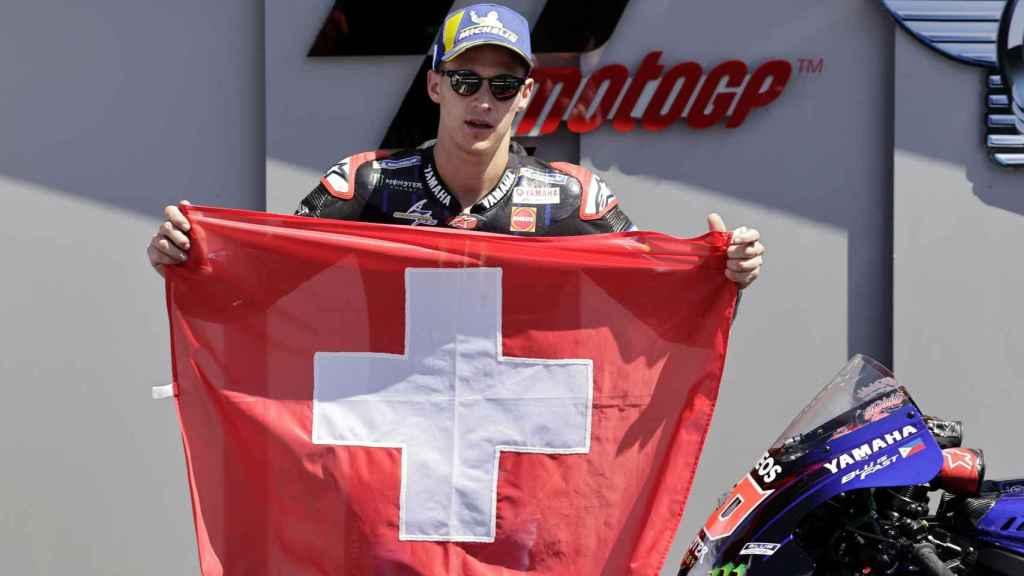 Fabio Quartararo, ganador del GP de Italia, muestra la bandera de Suiza en honor del fallecido Jason Dupasquier.