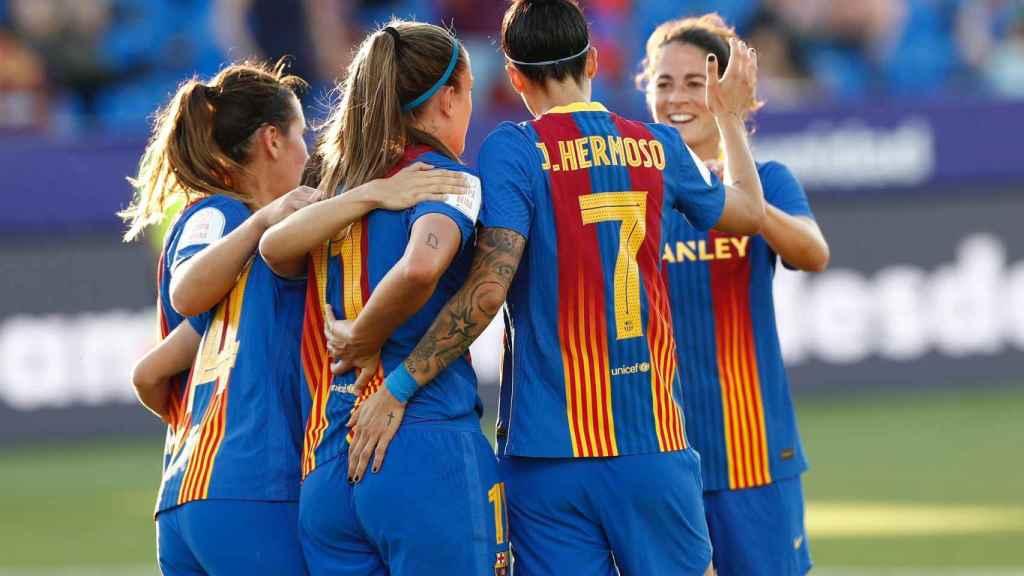 Piña de las jugadoras del Barcelona Femenino para celebrar un gol en la final de la Copa de la Reina